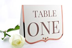 Our Shine table number features the beautiful and modern copper card with metallic effect, making this piece a great detail for your wedding
