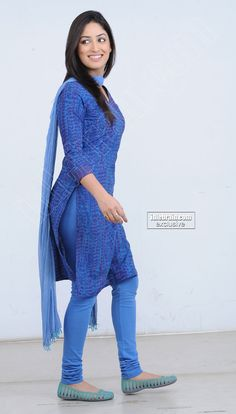 Yami Gautam - Indian Actress n Model - Tight Leggins SideView
