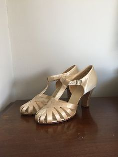 Satin Heels - Strappy White T-Strap Wedding Shoes - 7 1920s Womens Shoes, 1920s Shoes, Vintage Shoes, Vintage Accessories, Vintage Outfits, 30s Fashion, Fashion Shoes, Vintage Fashion, Lady Capulet