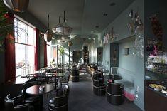 Bitter und zart. Kreatives Kaffeehaus mit türkisem Dekor serviert Teespezialitäten aus Paris, Macarons, Tartes und Champagner. Adresse: Braubachstraße 14, 60311 Frankfurt am Main