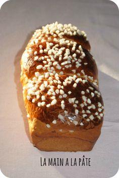 Petites brioches {ou pas ... !} - 600g de farine - 200g de beurre - 120g de sucre - 3 oeufs - du lait - de la vanille en poudre - 2.5 cc de levure de boulanger - 1 jaune d'oeuf pour la dorure Cassez les oeufs dans un verre doseur, ajoutez le lait jusqu'à la graduation 37 centilitres. Versez le tout dans le bol, ajoutez le sucre, la levure. Programmez 1.30min/ 37°/ vit 1. Ajoutez la farine, programmez 2 min/ fonction pétrin. Ajoutez le beurre bien froid en morceaux et programmez 3 min…
