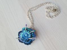 Kette Blumen-Nadelkissen mit Fimo-Nadeln von CreativeCrochetShop