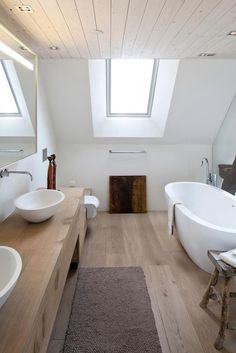 garten landhaus Wood in the bathroom - picture 13 - New life in the renovated country house. Bad Inspiration, Bathroom Inspiration, Decoration Chic, Small Hall, Small Bathroom Renovations, Basement Renovations, Casa Clean, Bathroom Pictures, Home Renovation