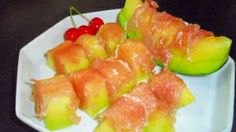 【生ハムメロン】定番の生ハムメロンですが、レモン汁をかけるのが我が家風です。 Sushi, Ethnic Recipes, Food, Essen, Meals, Yemek, Eten, Sushi Rolls