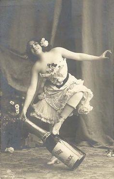 Een oude foto: danseres met een grote fles #champagne. Ontdek meer over champagne op onze website: http://www.brouzje.nl