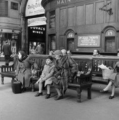 Victoria Train Station c1955 Vintage New York, Vintage London, Old London, Uk History, London History, Family History, Old Pictures, Old Photos, Vintage Photographs
