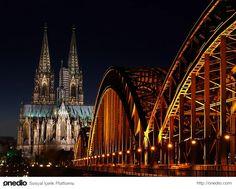 Büyüleyici görüntüsüyle Köln Katedrali..Köln Katedrali, (Kölner Dom) Almanya'nın Köln kentinde bulunan tarihi bir katedraldir. Hristiyanlığın Katolik mezhebi için açılmış bir ibadethanedir. 1248 yılında yapımına başlanan katedralin yapımı 632 yıl sürmüş ve 1880 yılında hizmete açılmıştır.Gotik tarzdaki katedral 7000 m² alanda, 157 m yi bulan yüksekliği ile Birleşmiş Milletler Eğitim, Bilim ve Kültür Örgütü Dünya Mirası Alanları listesinde yer alır..