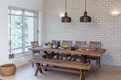 לאחד במקום להפריד: בית שתוכנן כקן משפחתי ומחבק   בניין ודיור Dining Room Table, Dining Bench, Apartment Renovation, Dining Room Lighting, Bellisima, Kitchen Design, Sweet Home, House Design, House Styles