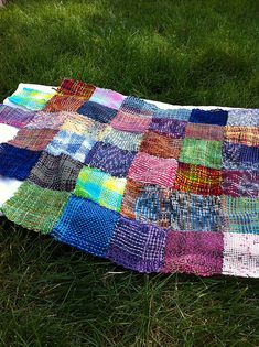 Great idea for using up leftover sock yarn. >> Ravelry: weaver's sock yarn woobie - I like the idea, since I don't really dig the saggy knitted blanket thing. Sewn woven squares would have way more structure. Loom Knitting Projects, Weaving Projects, Crochet Projects, Knitting Patterns, Pin Weaving, Loom Weaving, Knitted Afghans, Knitted Blankets, Patchwork Quilt