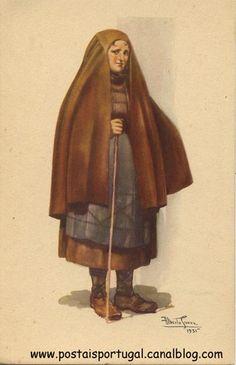 Capote de burel - Beira Alta - Portugal Folk Costume, Costume Dress, Costumes, Vintage Images, Vintage Posters, Capote Coat, Old Dresses, Blue Beach, Old Postcards