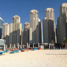 Kontrasterne mellem storby og strand er mægtige i Dubai. Her kan man ligge og slappe af på den hvide stand med de fantastiske skyskrabere i baggrunden. www.apollorejser.dk/rejser/asien/de-forenede-arabiske-emirater/dubai