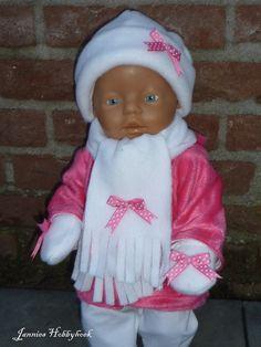 Fleece muts, sjaal en wantjes (met koord) voor BabyBorn 43cm. Patroon Christel Dekker.