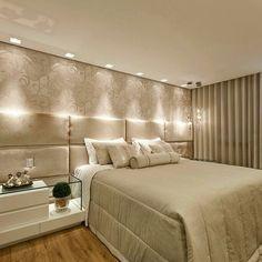 Suite mais linda da vidaaa!! A iluminação fez toda a diferença para realçar o papel de parede e o painel estofado da cama!