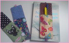 Marcador de paginas em tecido com bolsinho para caneta e lápis.