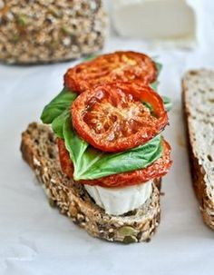 So I love caprese salads and pizzas. Here's a Caprese & Roasted Tomato Grilled Cheese. Just put it together as if it's a salad, grill it and use a little bit of balsamic inside. Would eat this non stop. I Love Food, Good Food, Yummy Food, Tomato Caprese, Tomato Basil, Caprese Salad, Beste Burger, Tacos, Roasted Tomatoes