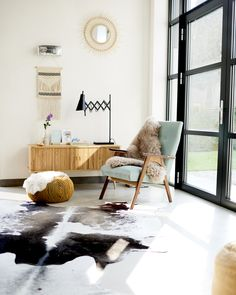 Find your favorite Minimalist living room photos here. Browse through images of inspiring Minimalist living room ideas to create your perfect home. Interior Design Images, Diy Interior, Interior Exterior, Interior Architecture, Minimalist Home Decor, Minimalist Interior, Cowhide Decor, Mid Century Modern Living Room, Mid Century Furniture