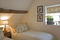 Quiet, Light and Incomplex.  Cuarto casita: cortinas en lino y almohadones+ colchas duvet blancas