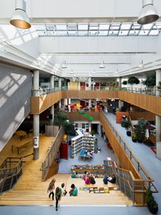 Idea Hellerup School in Hellerup, Denmark Stairs Architecture, Education Architecture, School Architecture, Architecture Design, Hall Design, Library Design, Learning Spaces, Learning Environments, Playground Design