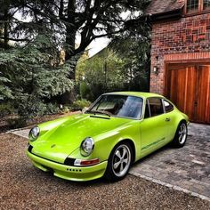Not a huge fan of green cars, but it definitely works on this 911. Sorta looks like a tree frog! #porscesupercar