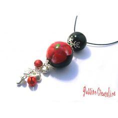 Bulan bola noir et sa fleur rouge