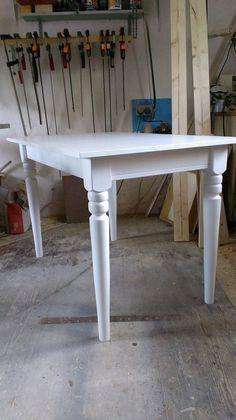 Stůl Stůl s ručně soustruženýma nohama včetně nátěru rozměry a další podrobnosti dohodneme v případě zájmu o výrobu je možné zajistit dopravu