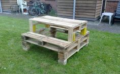 Pallets Old 15 Unique Pallet Picnic Table - The idea of a perfect picnic can be well comprehended with a pallet picnic table. It is very easy to make a pallet picnic table with the recycled wooden pallets Pallet Crates, Old Pallets, Wooden Pallets, Wooden Diy, Pallet Wood, Mesa Pallet, Pallet Benches, Pallet Bar, Pallet Picnic Tables