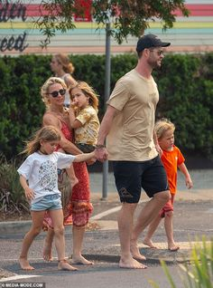 The Hemsworth clan enjoy a laid back and relaxed lifestyle in Byron Bay. And on Tuesday, Chris and wife Elsa Pataky were spotted out and about in the idyllic coastal town. Chris Hemsworth Funny, Chris Hemsworth Family, Tall Boyfriend Short Girlfriend, Hemsworth Brothers, Elsa Pataky, Z Cam, Wife And Kids, Cute Family, Cute Baby Girl