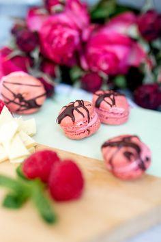 Macarons für Anfänger - Rezept für Macarons mit Himbeeren und weißer Schokolade + Tipps zum Macarons backen My Favorite Food, Favorite Recipes, My Favorite Things, Sugar, Cookies, Desserts, White Chocolate Raspberry, Raspberries, Tips