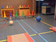 Materialen:  - 2 kleine matjes - 1 bank - 2 kasten - 2 touwen (onder een ophangsysteem) - bal in net of skippybal - mikmaterialen (pionnen,blokje,kegels)  Lesvoorstel:  Leerling pakt bal vast en gaat op een matje staan en probeert de bal tegen de mikattributen te mikken. De bal komt vanzelf weer terug, zodat er opnieuw gemikt kan worden.