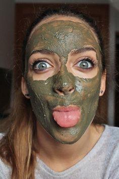 20 receitas caseiras de beleza para te deixar mais linda: Você precisará de chá-verde, mel, argila, babosa e de 15 a 20 minutinhos parecendo o Incrível Hulk.