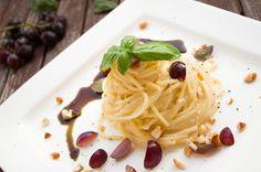 Spaghetti mit Käsesauce und herbstlichem Topping: Trauben, Kürbiskerne und Kernöl