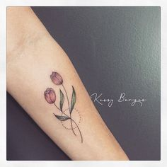 As Tulipas. Mini Tattoos, Love Tattoos, Unique Tattoos, Beautiful Tattoos, Body Art Tattoos, Small Tattoos, Tattoos For Women, Family Tattoos, Sister Tattoos