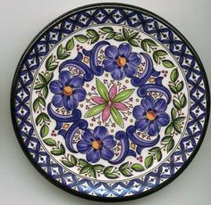 Platos decorados - Maria Jesús - Álbumes web de Picasa Talavera Pottery, Ceramic Pottery, Pottery Art, Plate Wall Decor, Plates On Wall, Pottery Painting, Ceramic Painting, Ceramic Plates, Decorative Plates