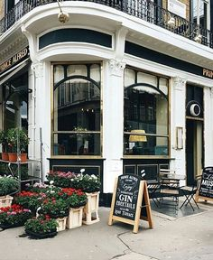 London pub restaurants terrassen cafe,s - англия. American Cafe, English Cottage Style, Old Pub, Floor Plants, Coffee Places, English Shop, London Pubs, Shop Front Design, Shop Interior Design