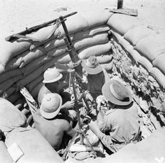 In recognition of ANZAC day, here is an iconic photo of Australian 'diggers' and South African 'springboks' sharing a gun pit. American Ambulance, Afrika Corps, North African Campaign, German Submarines, War Image, British Soldier, Wedding With Kids, Military History, Ww2 History