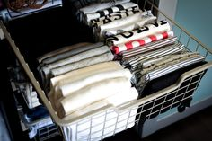 Ranger certains articles à la verticale Beauty And The Geek, Konmari Method, Vertical Storage, Roomspiration, Attic Rooms, Declutter Your Home, Tidy Up, Master Closet, Closet Organization