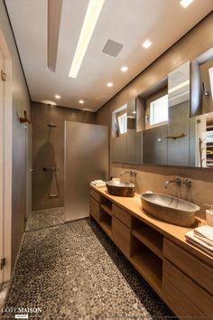 Cette salle de bains tout en longueur est pleine de style !