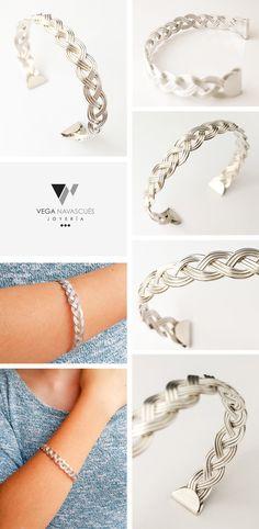 dcc34a676c89 Reflejos plateados son un collar y una pulsera de hilo y cadena de plata 950.  Es un trenzado rematado con unos remaches con textura.