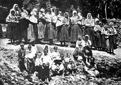 NODRIZAS JURDANAS DE NIÑOS EXPÓSITOS (PILUS) (Por la España desconocida. Notas de una excursión por la Alberca, Las Jurdes, Las Batuecas y Peña de Francia, 1911 de Marcos Rafael Blanco Belmonte. Fotógrafo Venancio Gombau)