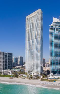 designed by acclaimed swiss architecture firm herzog & de meuron, 'jade signature' is a beachfront residential tower in sunny isles beach, florida. Miami Architecture, Architecture Design, Concrete Architecture, Light Architecture, Residential Architecture, Sunny Isles Beach, Property Real Estate, Construction, Residential Real Estate