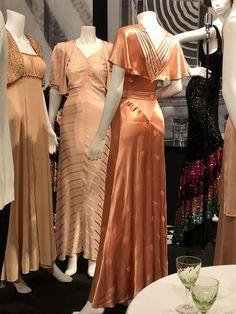 evening gowns – Fashion and Textiles Museum – Fashion Design Vintage Outfits, Vintage Gowns, Vintage Hats, 1930s Fashion, Retro Fashion, Vintage Fashion, Elfa, 20th Century Fashion, Estilo Retro