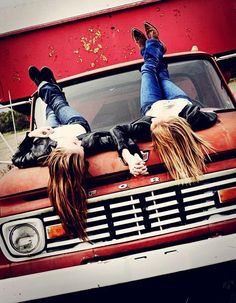 Super Fun Best Friend Photography Ideas - Quirky pose