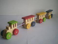 Trem de madeira para festa thomas e seus amigos Quantidade mínima: 6 unidades Enviamos com saquinho de celofane e fita de cetim para embalagem. Medidas: - 46 cm de comprimento (com os cordões que unem os vagões esticados) - 4 cm de largura - 6 cm de altura - 35 cm de comprimento na embalagem (os vagões estão juntos)  Produzido em madeira (pinus) com rodinhas de MDF. Eles são pintados em 04 cores, conforme a foto: azul marinho, vermelho, verde e amarelo. R$ 11,00