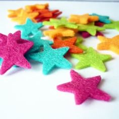 Mix de 30 estrellas de fieltro de 20mm. de los colores ,turquesa, fucsia, amarillo, pistacho y naranja.  2,95€