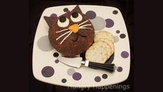 Esta receta para Halloween es muy sencilla y puedes preparar el relleno como más te guste. Para hacer la bola de queso con forma de cara de gato que se muestra en la foto se usaron varios tipos de queso, ajo y pimiento rojo asado. Más abajo te contamos cómo decorarlo. INGREDIENTES 225 gr. de