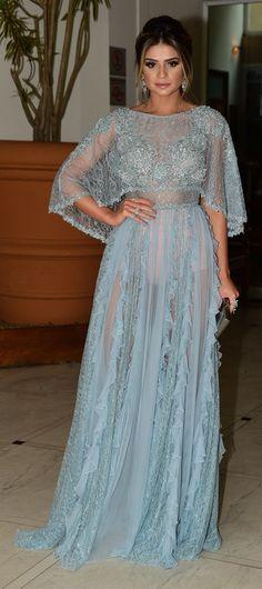 Thassia Naves combina com delicadeza bordados, babados e transparência no vestido azul pastel de Zuhair Murad