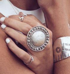 Maxi anillo circular plateado, hecho a mano en Turquía. Hecho de Pewter.