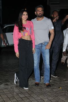 High waisted jeans have become a celeb favourite among everyone from Deepika Padukone to Athiya Shetty. Vogue guides on how to buy yourself the perfect pair High Waisted Denim Jeans, High Waist Jeans, Chicken And Yellow Rice, Athiya Shetty, Selena Gomez Outfits, Frock Fashion, Vogue India, Wide Pants, Bollywood Stars