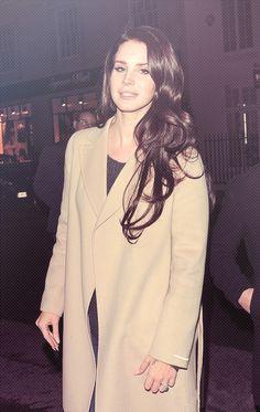 Lana Del Rey wearing an overcoat Lana Del Rey Hair, Lana Del Ray, Elizabeth Woolridge Grant, Elizabeth Grant, Dream Pop, Trip Hop, Pretty People, Beautiful People, Indie