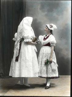 žena a dívka (in Czech), keywords: garb garb Eastern Europe, Czech Republic, Bohemian, Traditional, Statue, Vintage, Dresses, Fashion, Outfits